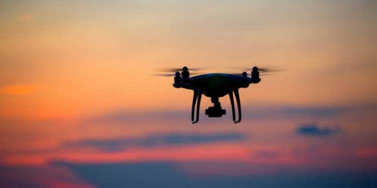 Drone au coucher de soleil